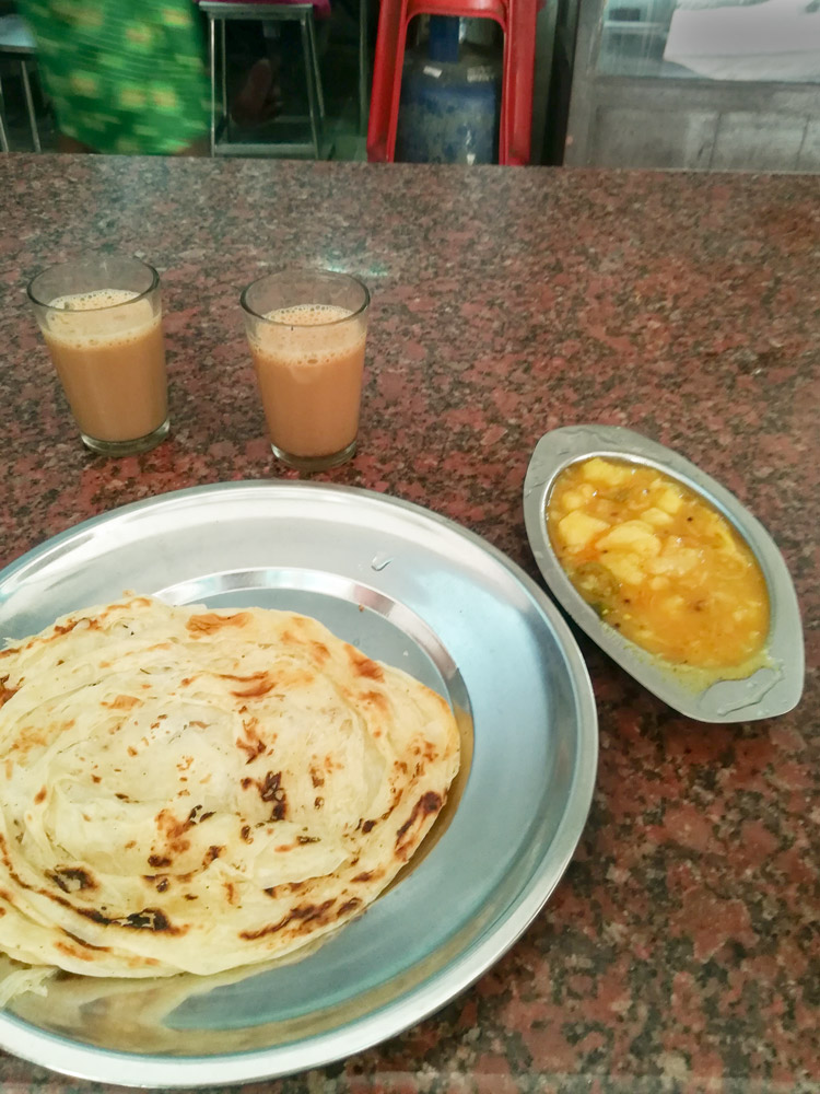 Indian breakfast in Kérala in bistro- aloo parata, spicy souce, masala tea