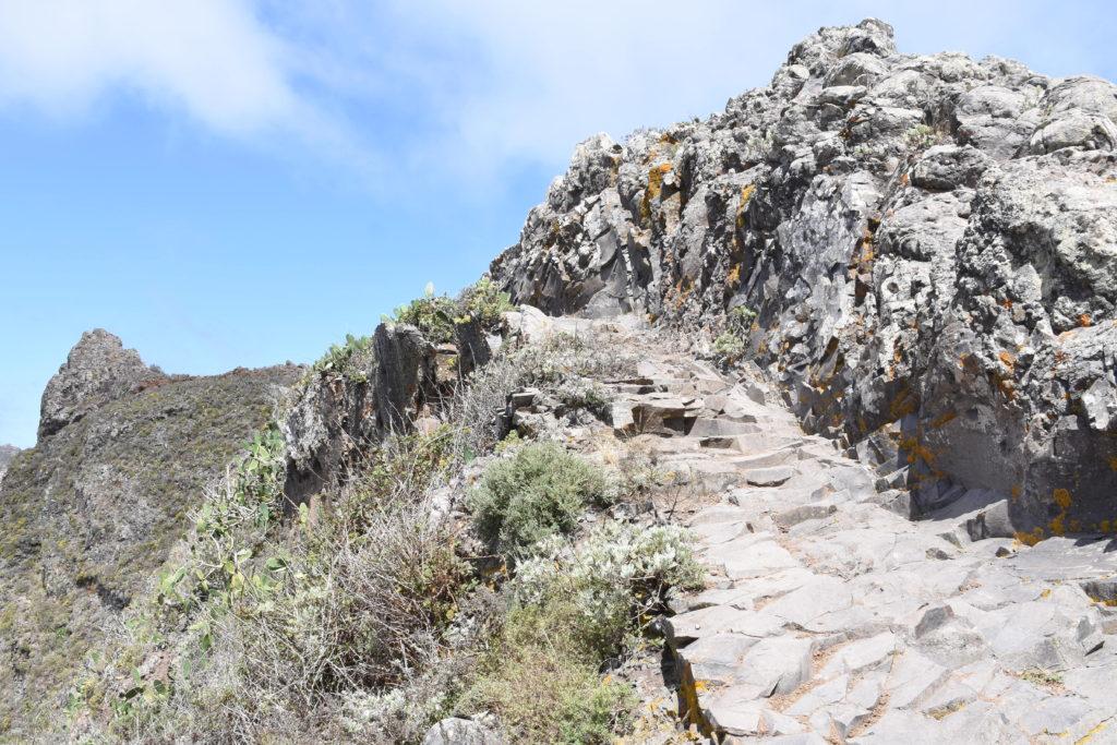 Kamenný chodník v horách, skály