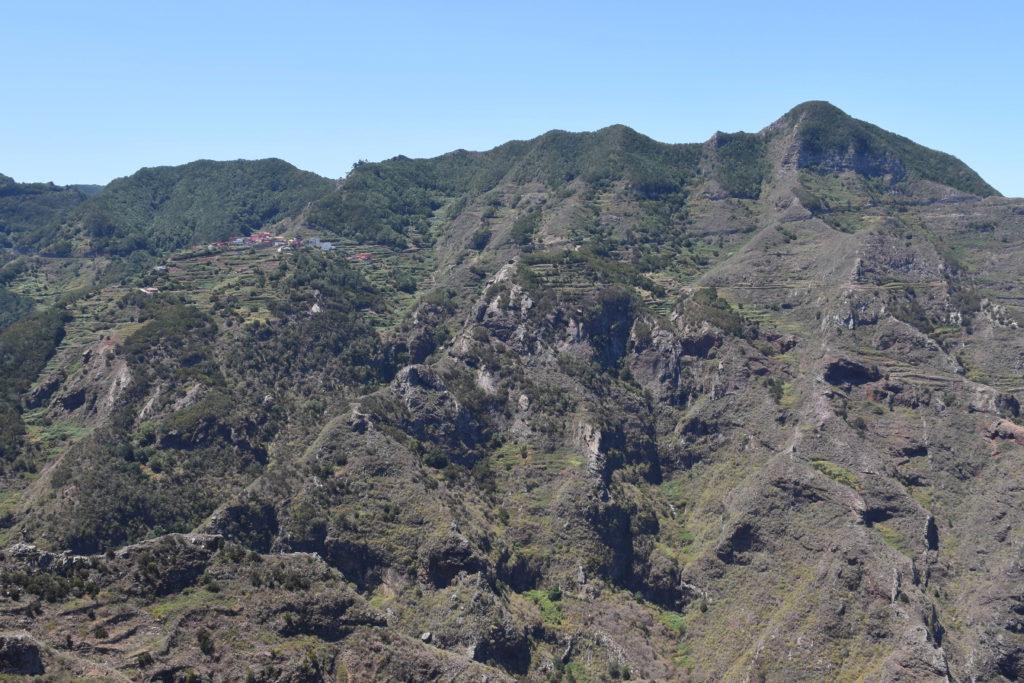 Pohoří, šedé, porostlé vegetací