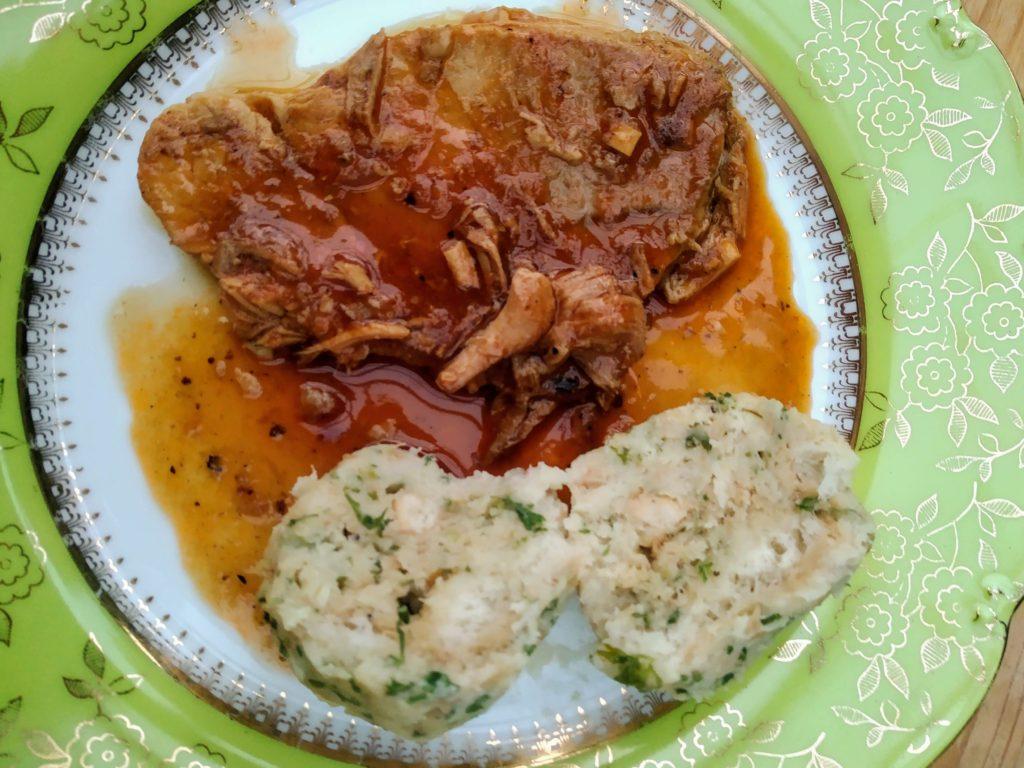 vepřové maso, omáčka, houskový knedlík