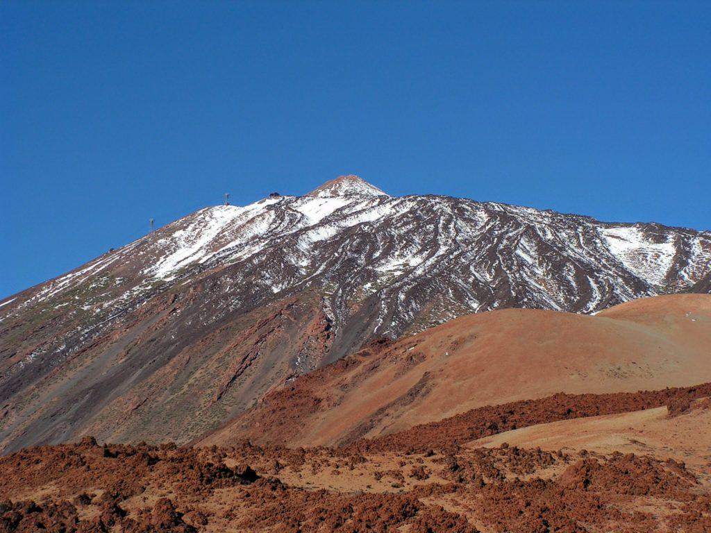 Pico del Teide - zasněžený vrcholek hory, v dálce lanovka