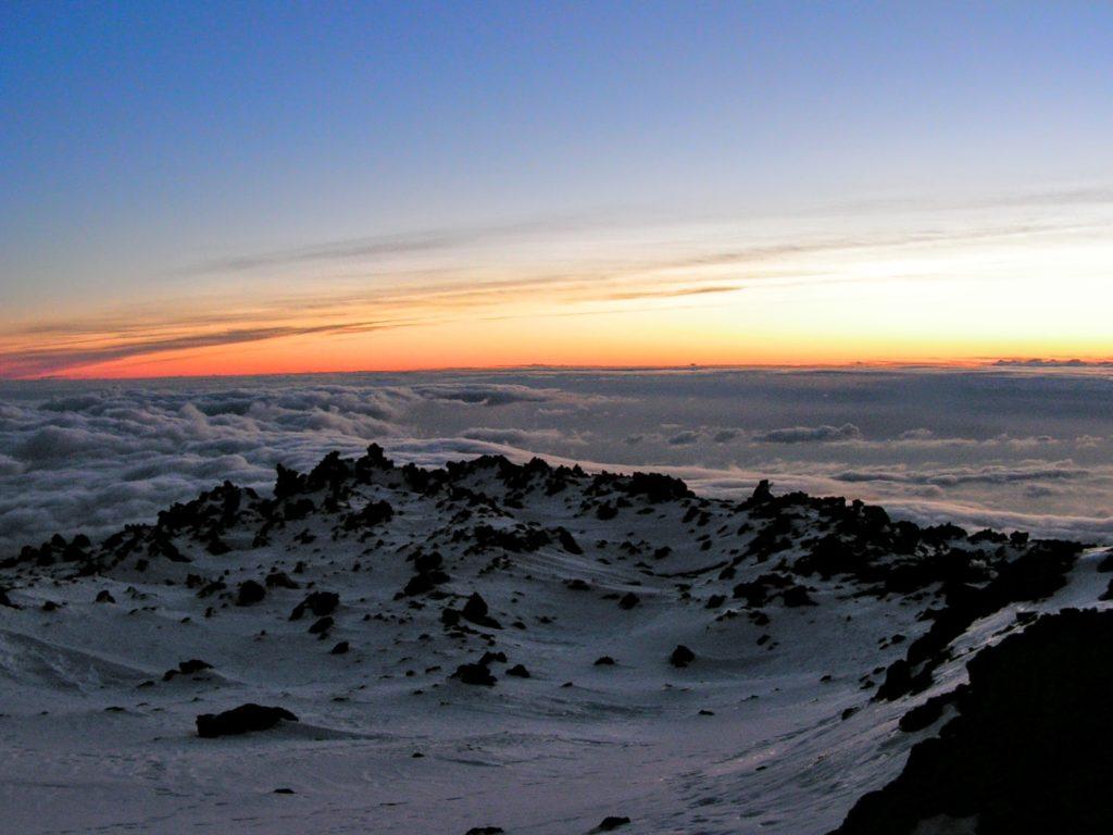 Svítání nad mraky z vrcholu Pico del Teide, sníh