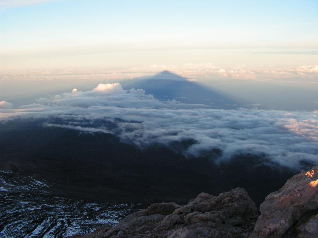 Stín Pico del Teide přes moře k ostrovu La Palma